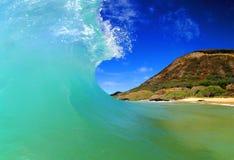 Onda praticante il surfing potente di energia di oceano fotografie stock