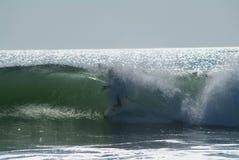 Onda que causa un crash en la playa Foto de archivo libre de regalías