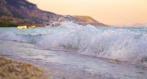 Onda que esmaga na praia Imagens de Stock