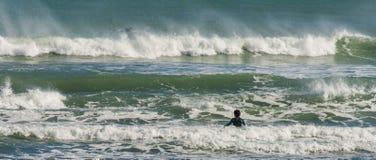 Onda que espera de la persona que practica surf para Fotografía de archivo