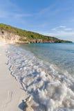 Onda que golpea la playa del Caribe abandonada foto de archivo