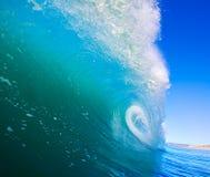Onda que practica surf Imagen de archivo libre de regalías