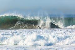 Onda que practica surf de la persona que practica surf Imagen de archivo libre de regalías