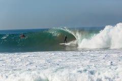 Onda que practica surf de la persona que practica surf Imagen de archivo