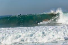 Onda que practica surf de la persona que practica surf Fotos de archivo libres de regalías