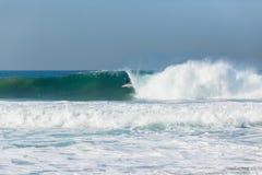 Onda que practica surf de la persona que practica surf Imágenes de archivo libres de regalías