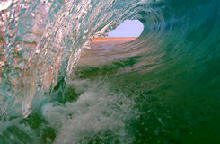 Onda que practica surf del océano perfecto Imágenes de archivo libres de regalías