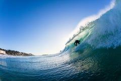 Onda que practica surf dentro de la bahía de Ballito Imagen de archivo libre de regalías