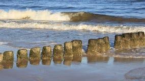 Onda que quebra no beira-mar Báltico foto de stock