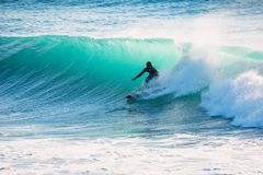 Onda que se estrella azul en el océano Onda cristalina en Bali Fotos de archivo