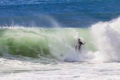Onda que se estrella de la persona que practica surf que practica surf Fotografía de archivo