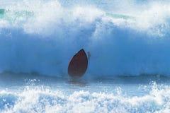 Onda que se estrella del tablero de la persona que practica surf Imágenes de archivo libres de regalías