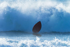 Onda que se estrella del tablero de la persona que practica surf Foto de archivo