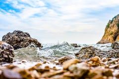 Onda que se estrella en la costa de la roca imagen de archivo libre de regalías