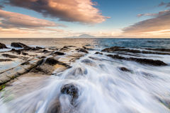 Onda que se estrella en la costa meridional España Estrecho de Gibraltar Fotografía de archivo libre de regalías