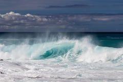 Onda que se rompe en la costa occidental de Kona en Hawaii Espray y espuma blancos en el agua Rocas en primero plano foto de archivo libre de regalías