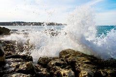 Onda rota en las rocas Fotografía de archivo libre de regalías