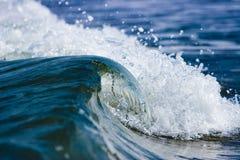 Onda selvaggia del mare Immagini Stock