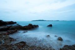 Onda soñadora que se estrella en la playa rocosa Fotos de archivo libres de regalías