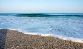 Onda spumosa sulla spiaggia in Pomorie, Bulgaria Fotografia Stock