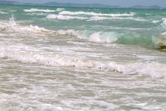 Onda suave blanca en la playa tropical vacía y mar azul con el cielo azul imagenes de archivo