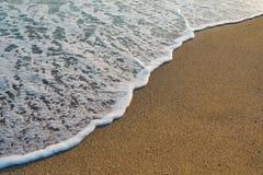 Onda suave de la agua de mar en la arena foto de archivo