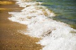 Onda suave del mar azul en la playa arenosa Fondo foto de archivo