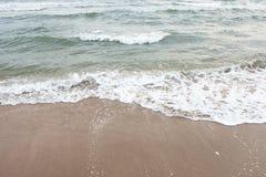 Onda suave del mar en la playa arenosa Fotografía de archivo libre de regalías