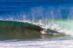 Onda surfando da cavidade do interior do surfista Fotos de Stock Royalty Free