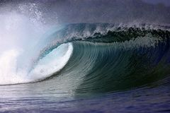 Onda surfando do oceano azul Foto de Stock Royalty Free