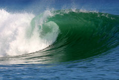 Onda surfando do oceano limpo fotografia de stock royalty free