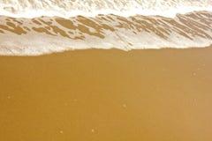 Onda tropica brilhante do mar na areia dourada da praia Imagem de Stock Royalty Free