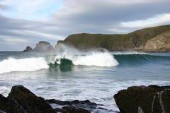 A onda vítreo e aperfeiçoa a brisa a pouca distância do mar Imagens de Stock