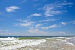 Onda y nubes que playa y mar Fotografía de archivo libre de regalías