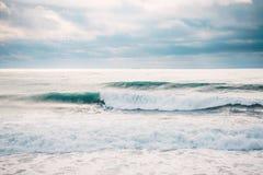Onda y persona que practica surf de fractura perfectas del barril Fotos de archivo