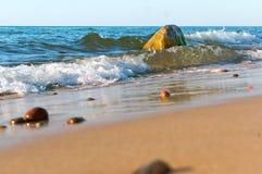 Onda y piedras, pequeña piedra en la arena, costa del mar de mar con las piedras Foto de archivo