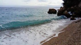 Onda y playa del mar imagenes de archivo