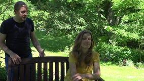Ondanks de mens overhandigt de schreeuw op apathische ontrouwe vrouwen opzij golf 4K stock footage
