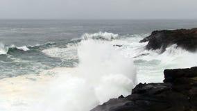 Ondas aceleradas em Lava Rock Shore Overcast Day video estoque