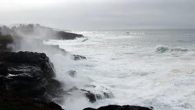 Ondas aceleradas que batem a baía Oregon de Lava Rock Shore Overcast Sky Depoe filme