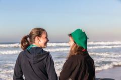 Ondas adolescentes de la playa de la risa de las muchachas Imágenes de archivo libres de regalías