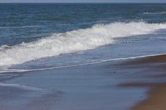 Ondas agradáveis e delicadas que rolam na praia, Dinamarca fotos de stock royalty free