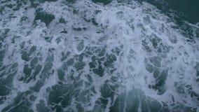 Ondas al lado de la nave que está navegando en el mar, vista superior del mar mientras que un funcionamiento del barco metrajes