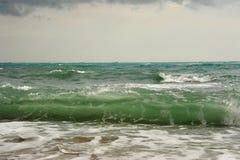 Ondas antes de la tormenta en el mar Fotos de archivo