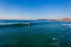 Ondas apacibles que practican surf Durban Imágenes de archivo libres de regalías