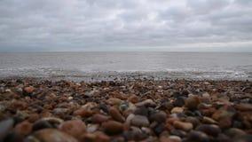 Ondas apacibles que vienen hacia cámara en la playa almacen de video