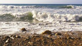 Ondas atlánticas que se estrellan en costa rocosa metrajes