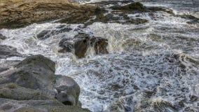 Ondas através das rochas Imagem de Stock Royalty Free