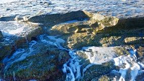 Ondas azuis bonitas do mar Mediterrâneo, cenário bonito, céu azul Fotografia de Stock Royalty Free