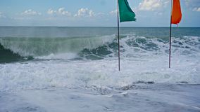 Ondas azuis bonitas do mar Mediterrâneo, cenário bonito, céu azul Foto de Stock